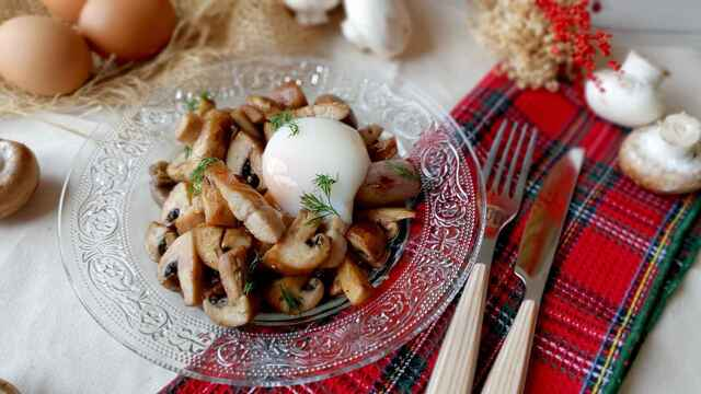 Salteado de champiñones, anguila ahumada y huevo a baja temperatura