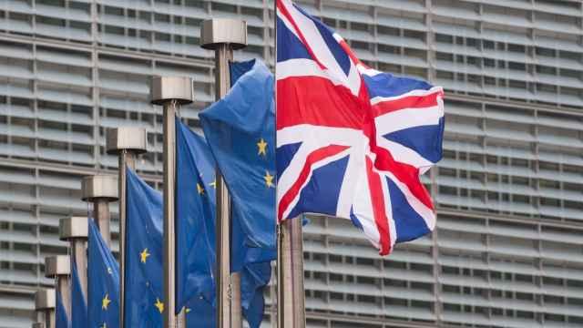 Banderas de la Unión Europea y el Reino Unido.