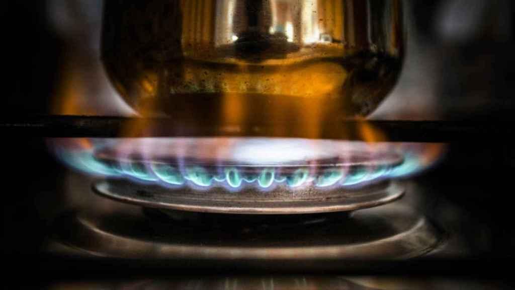 Un fuego calentando una cafetera.