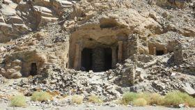 El gran templo recortado en la roca del yacimiento.