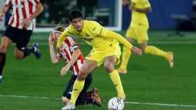Gerard Moreno se lleva el balón ante Iker Munian, en el Villarreal - Athletic de la jornada 15 de La Liga
