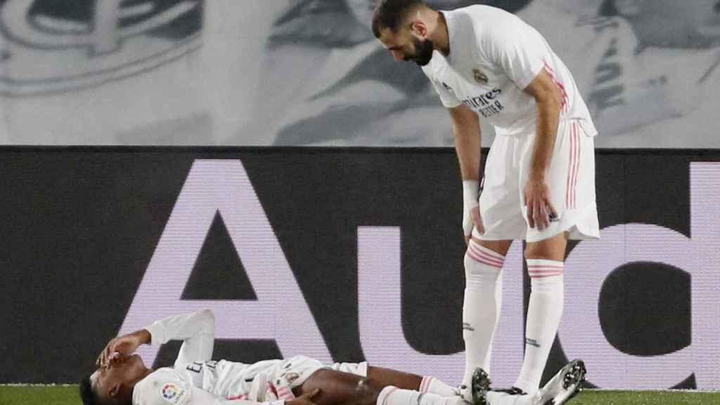 Karim Benzema preocupándose por Rodrygo Goes