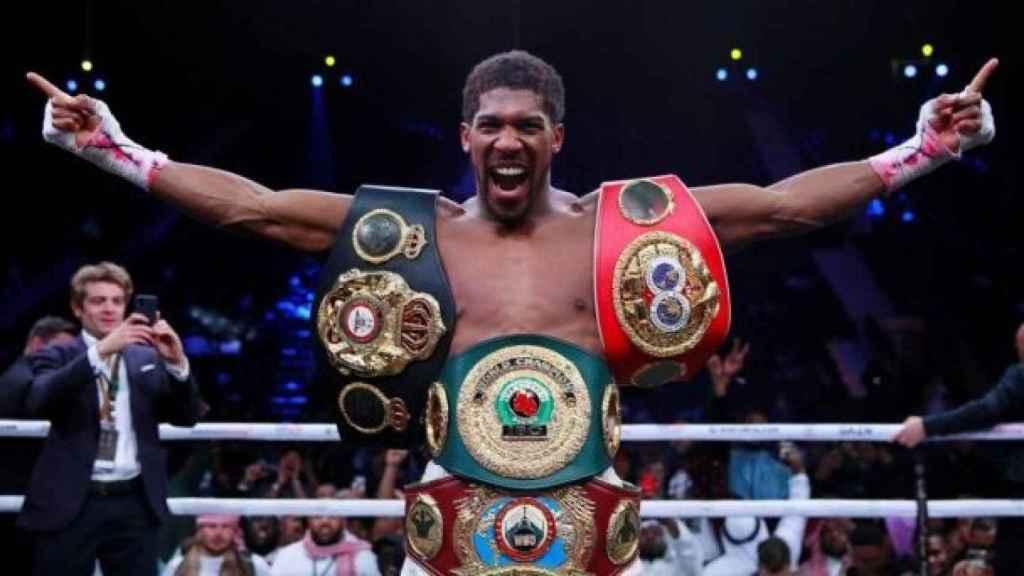 Anthony Joshua, con los cinturones de campeón de los pesos pesados