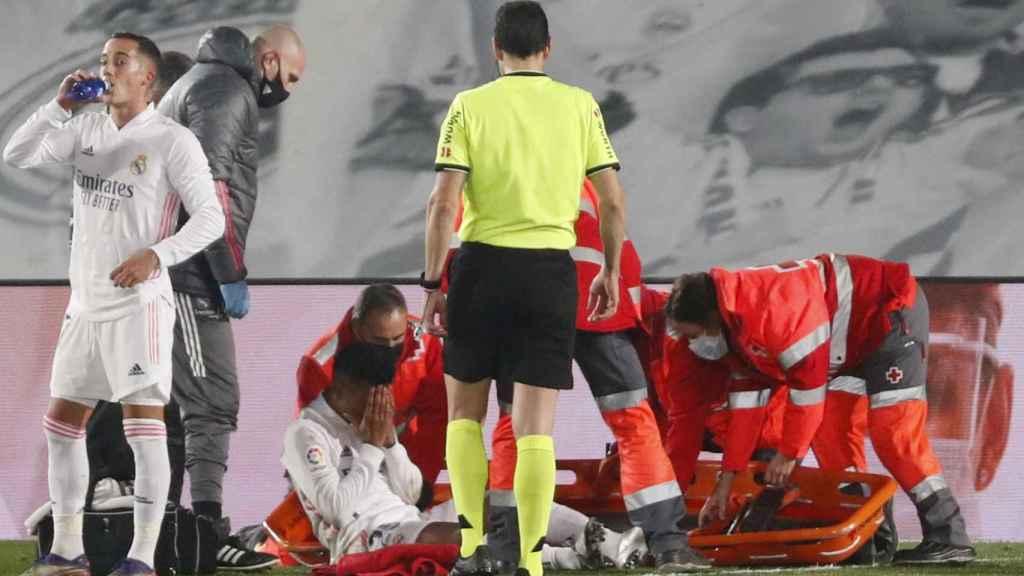 Rodrygo, en el suelo, atendido por los servicios médicos del Real Madrid