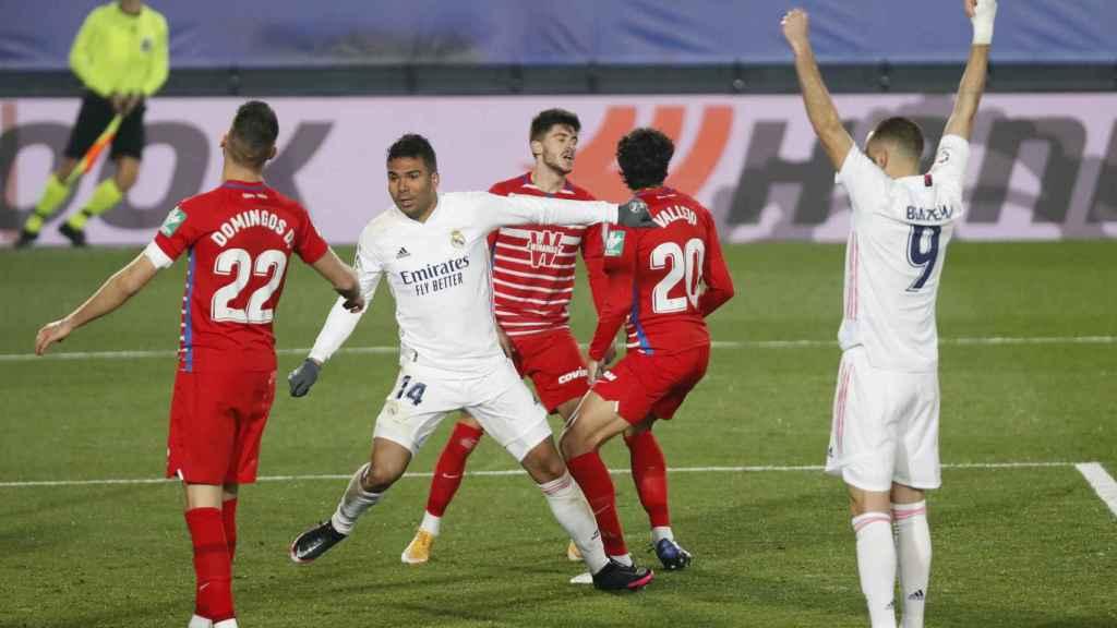 Benzema celebra el gol de Casemiro al Granada