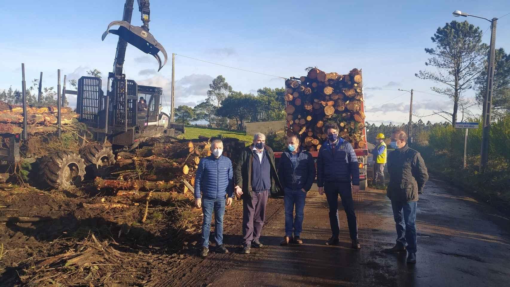 El director de la Agencia Gallega de la Industria Forestal (Xera), Ignacio Lema, acompañado del delegado territorial de la Xunta en Lugo, Javier Arias, y responsables  de la empresa Forestal Díaz Casariego.