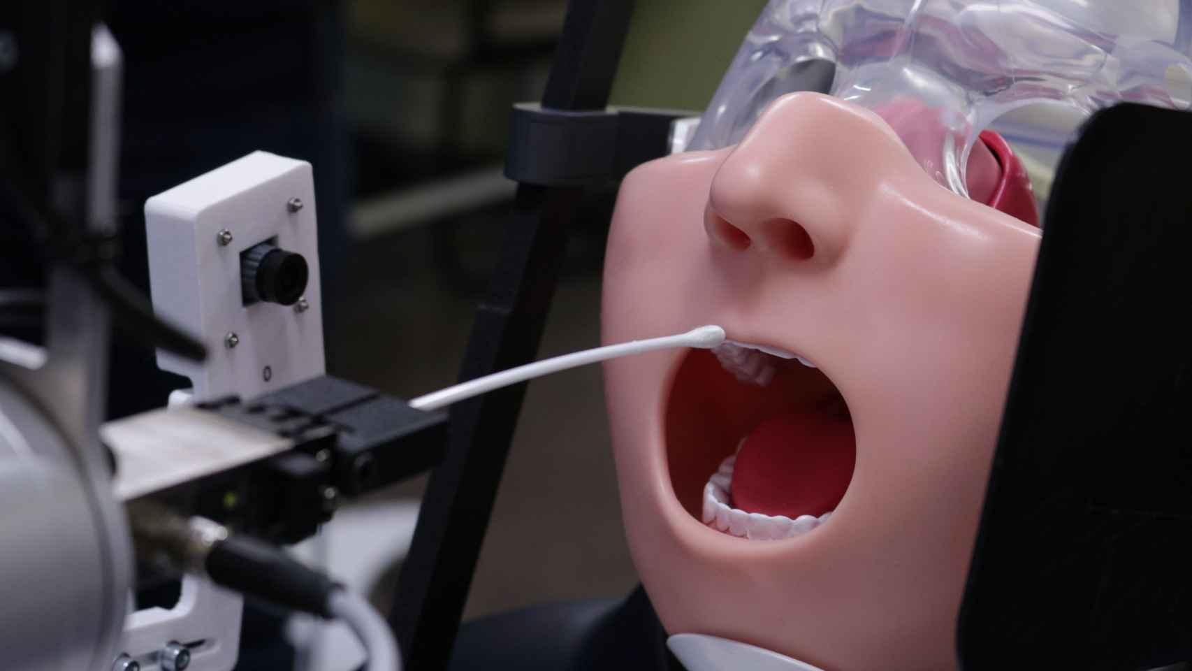 Así actúa el robot 'anti Covid' que practica PCR.