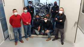 El equipo de investigación de la UPV junto al contenedor autónomo ultrafrío que han desarrollado.
