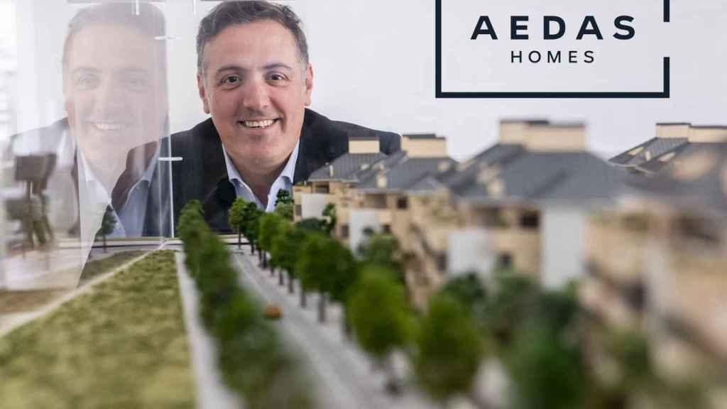 El Consejero Delegado de AEDAS Homes, David Martínez, posa delante del logo de la empresa.