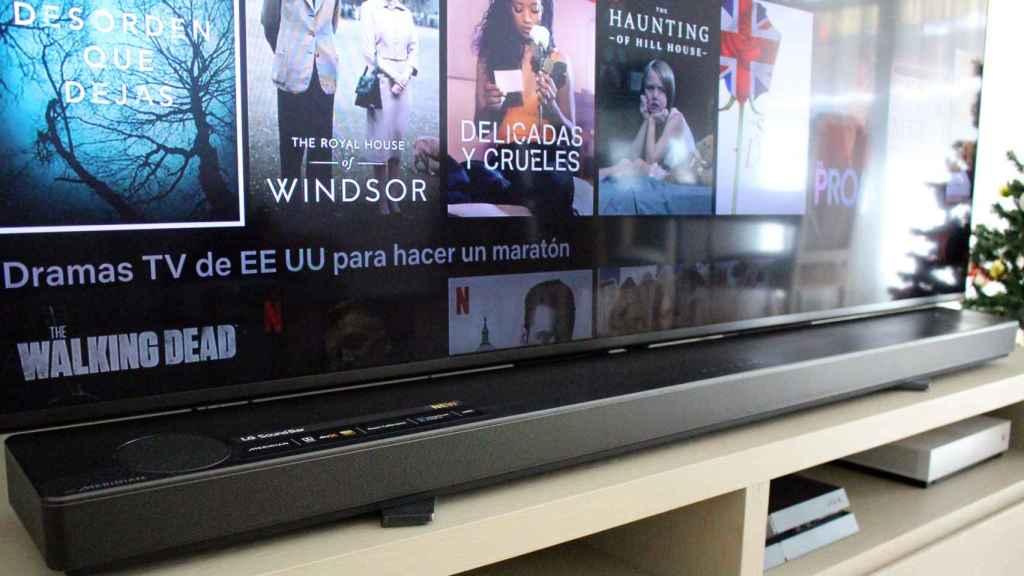 El televisor LG de 75 pulgadas junto con la barra de sonido de la misma marca.