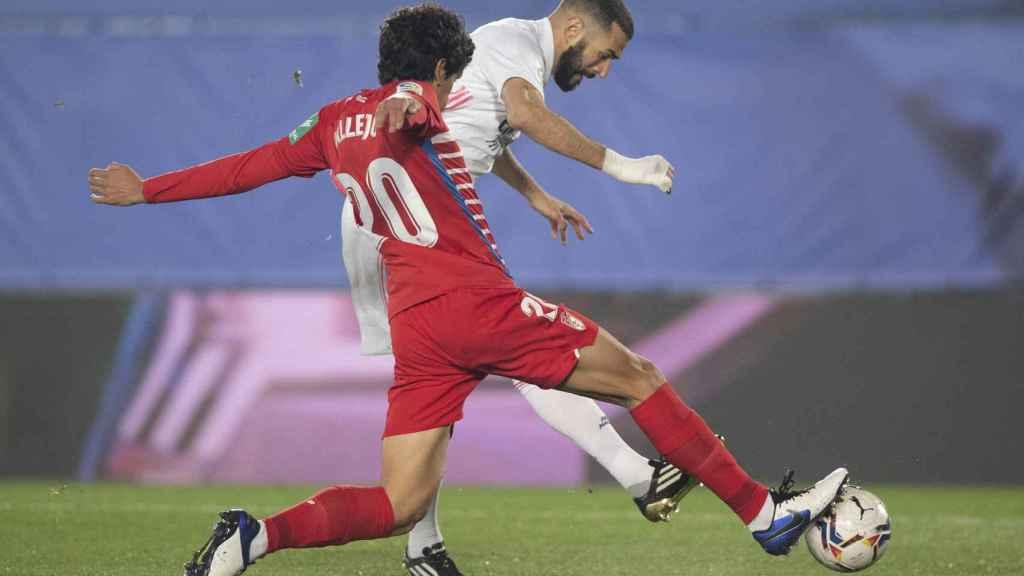 Karim Benzema, realiza un disparo durante el partido frente al Granada