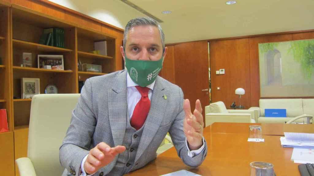 El consejero de Hacienda, Juan Bravo, en su despacho durante la entrevista.