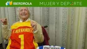 'La Niña del Gancho', Encarna Hernández, con una camiseta de la selección española