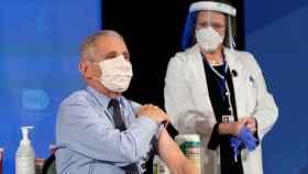 Anthony Fauci recibe la vacuna de Moderna.