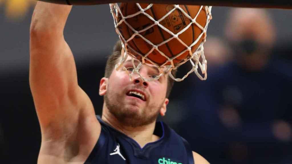 Luka Doncic hace un mate en el primer partido de la temporada de la NBA 2020/2021