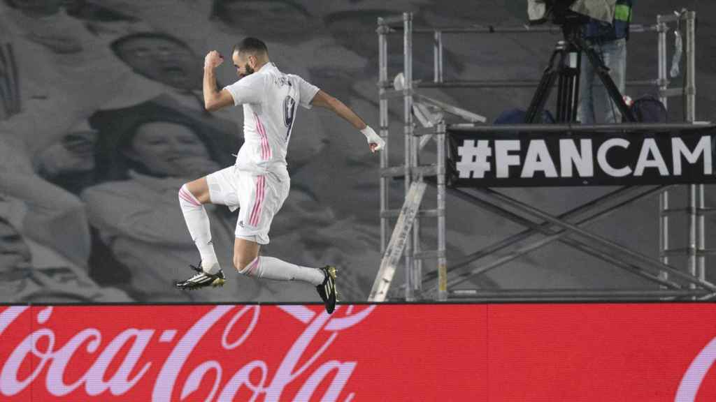 Karim Benzema celebra su gol ante el Granada