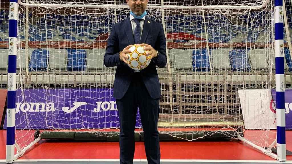 El consejero de Hacienda, Juan Bravo, que fue portero profesional de fútbol sala, ante una portería.