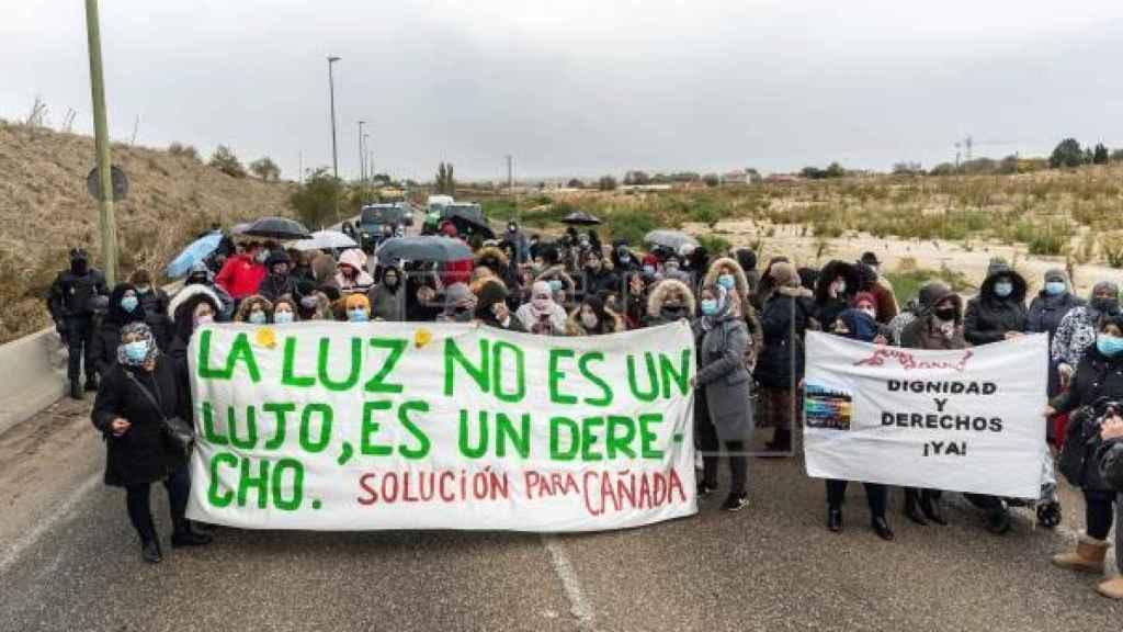 Nochebuena sin luz en la Cañada Real: los vecinos denuncian los cortes en la Fiscalía