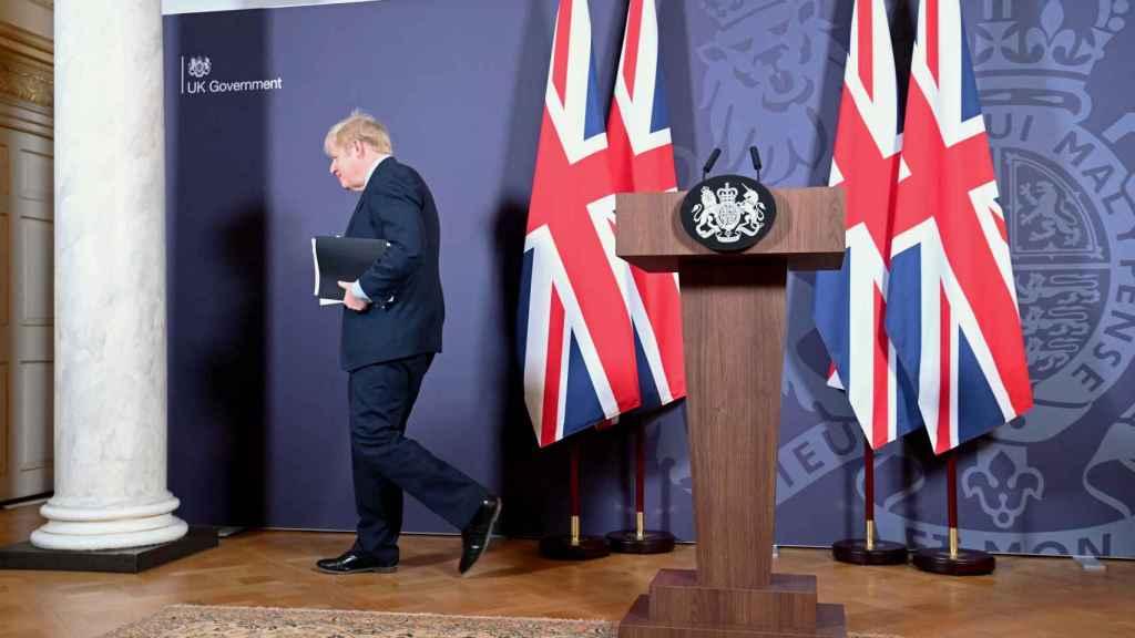 Boris Johnson abandona el estrado tras la rueda de prensa que ha ofrecido este jueves
