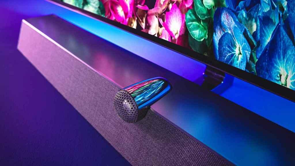 Televisor Philips con barra de sonido B&W.