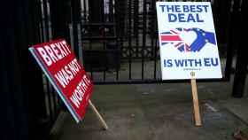 Carteles contra el 'brexit' en Downing Street, Londres