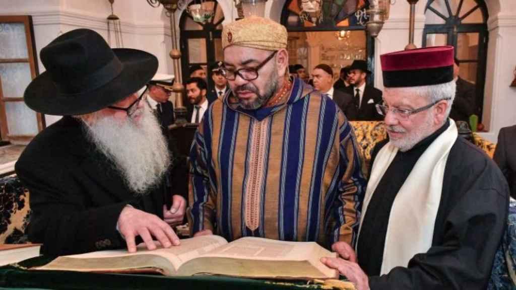 El rey Mohamed VI, con unos rabinos en enero en Essauira.