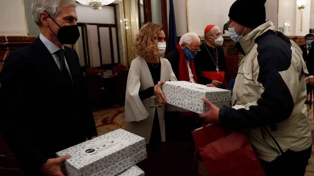 Adolfo Suárez, Meritxell Batet, el padre Ángel y el cardenal Carlos Osoro en el reparto de cenas de Nochebuena en el Congreso de los Diputados.