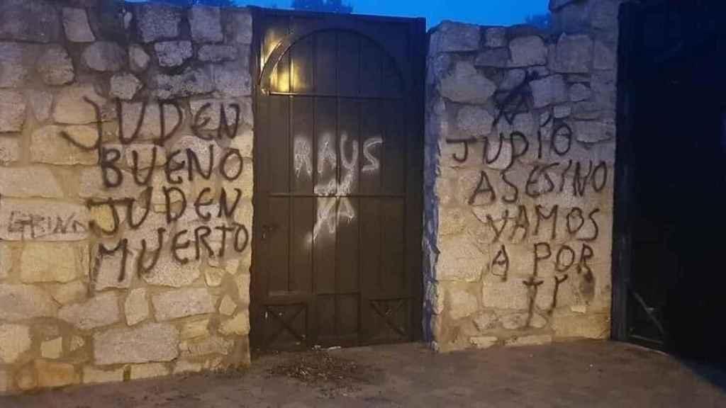 Pintadas en el cementerio judío de Hoyo de Manzanares, el más grande de España.