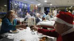 Adultos mayores residentes del centro Domus VI San Lázaro celebran durante la cena de Nochebuena.