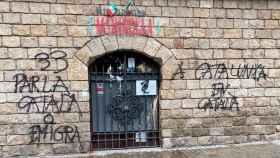 La pizzeria Marinella (Barcelona) amaneció con pintadas amenazantes por no atender a sus clientes en catalán.