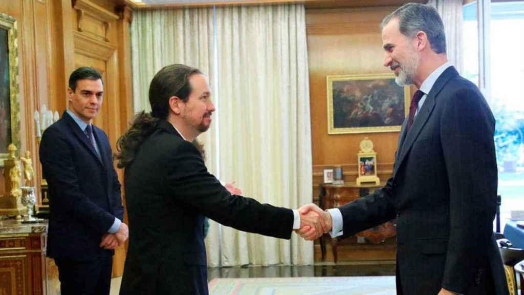 Pedro Sánchez, presidente del Gobierno, con Pablo Iglesias, vicepresidente segundo, en una recepción del Rey Felipe VI.