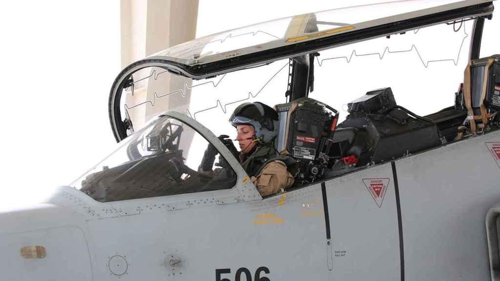 Aisha bint Rashid Al Jalifa subida al avión militar.