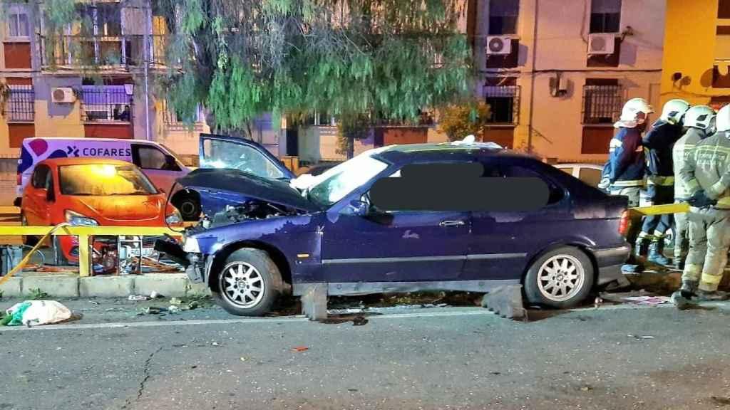 El coche accidentado quedó atravesado por el quitamiedos.