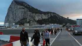 Pasajeros en la pista de aterrizaje del aeropuerto de Gibraltar.