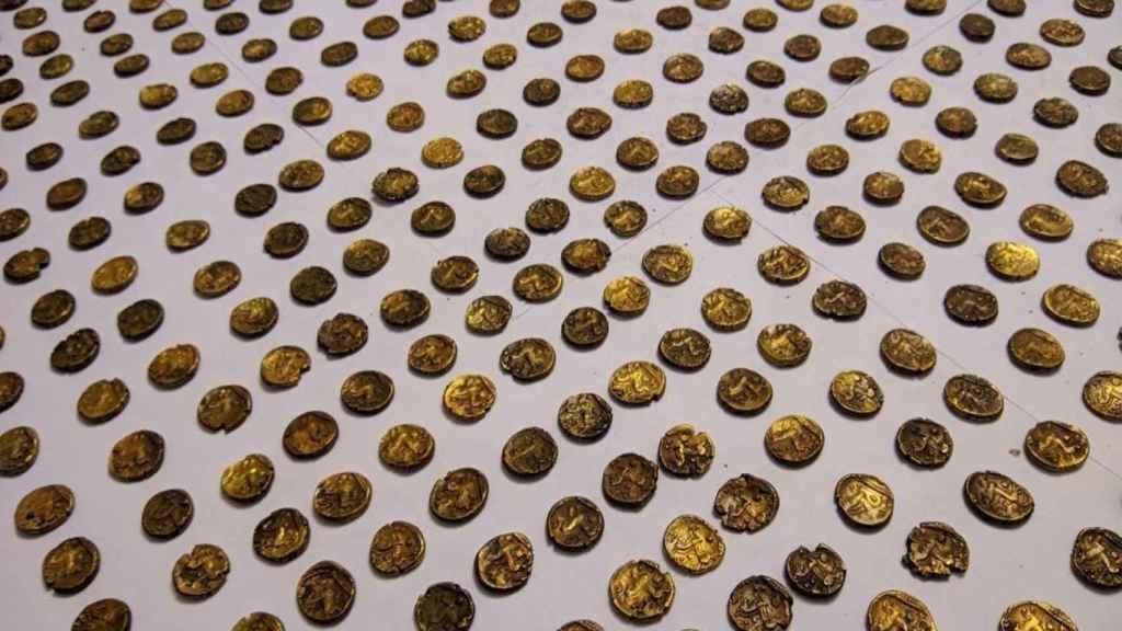 Un puñado de las monedas de oro halladas.