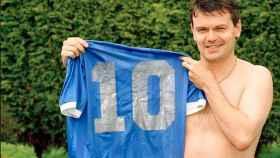 Steve Hodge con la camiseta de Maradona