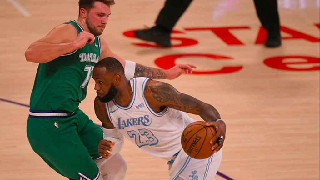 Doncic y LeBron James, durante el partido entre los Mavs y los Lakers