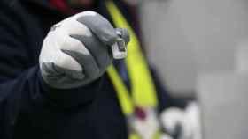 Un operario muestra la primera dosis de la vacuna de Pfizer-BioNTech contra la Covid-19 llegada a España.