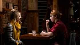 Kaley Cuoco y Zosia Mamet en 'The Flight Attendant', una de las series imprescindibles de diciembre.