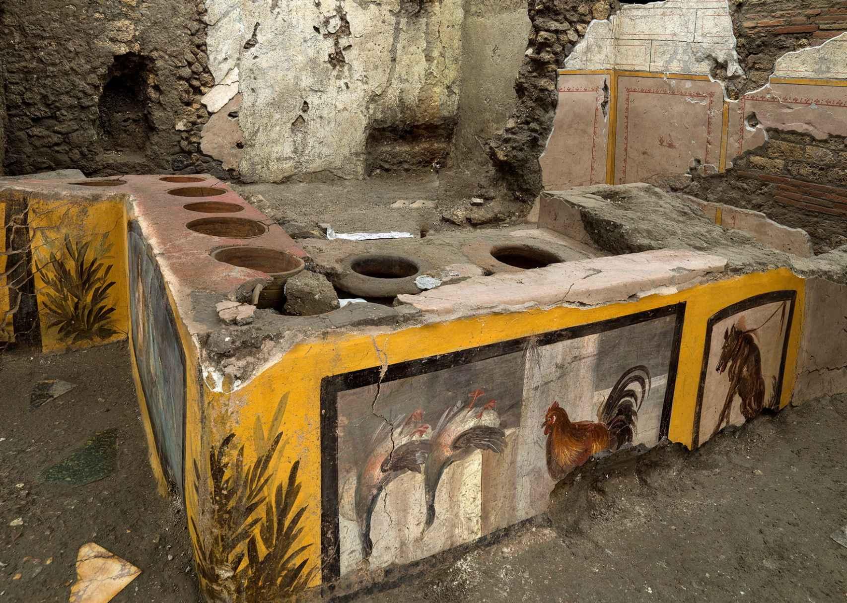 Otro de los mostradores del restaurante, con sus pinturas prácticamente intactas.