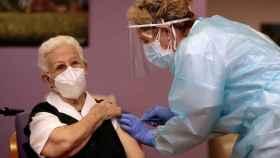 Araceli, la primera vacunada.