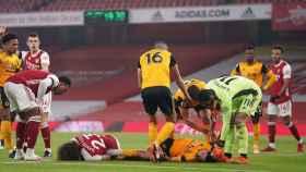 David Luiz y Raúl Jiménez, tumbados sobre el césped tras golpearse en la cabeza mutuamente durante un Arsenal - Wolverhampton