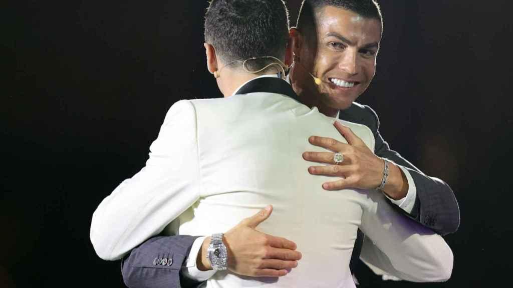 Abrazo entre Cristiano Ronaldo y Robert Lewandowski, en la gala de los Globe Soccer Awards 2020