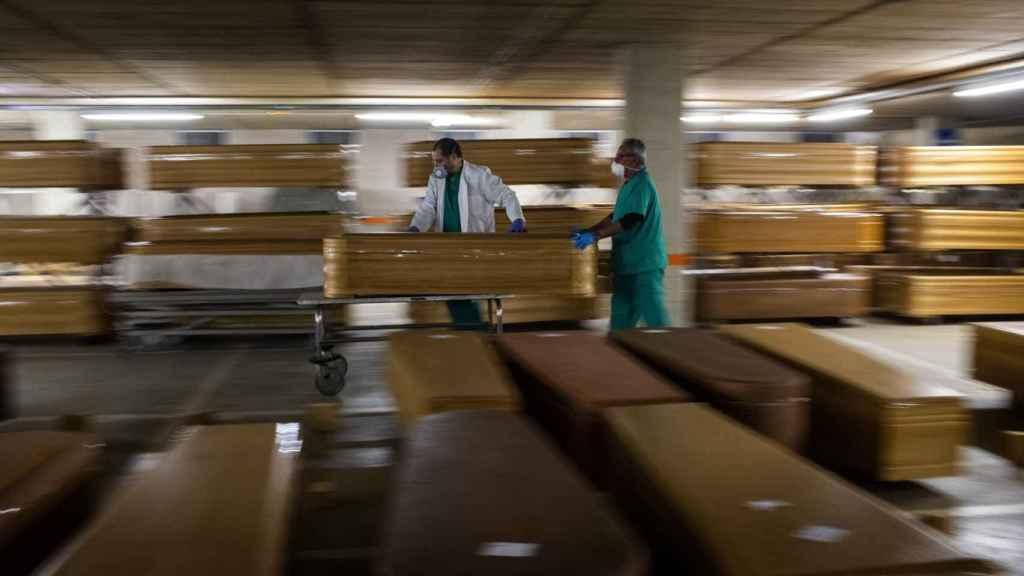 Operarios trasladando féretros en plena primera ola de la pandemia.