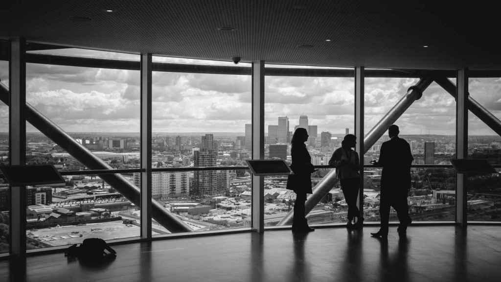 Personas de negocios, en una oficina. Foto:  Charles Forerunner/ Unsplash