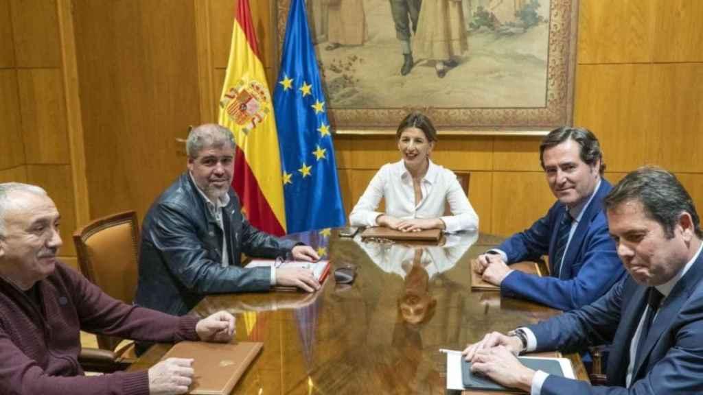 La ministra de Trabajo, Yolanda Díaz, reunida con los agentes sociales.