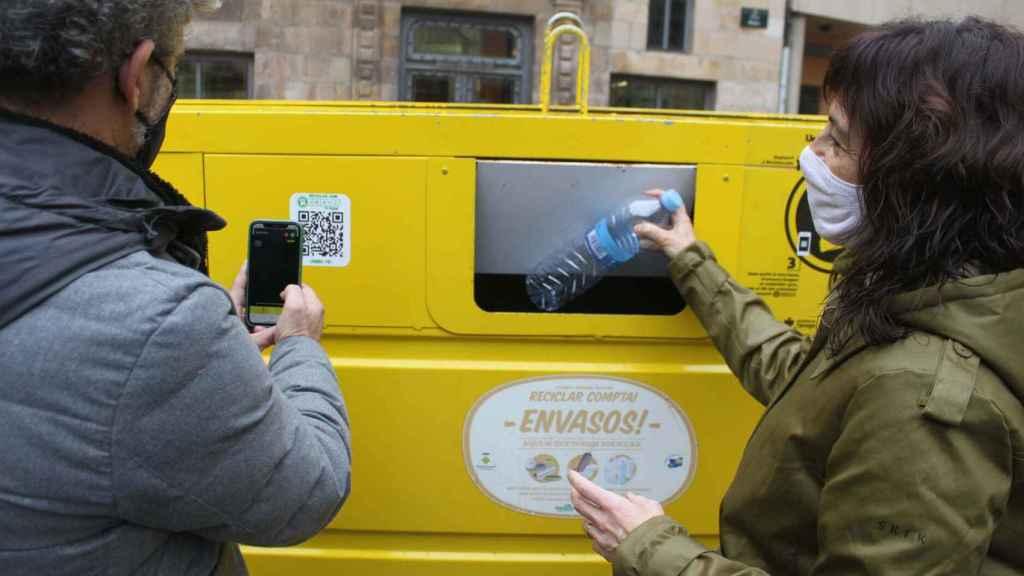 Con el teléfono móvil el consumidor registra el producto reciclado y reciben incentivos a modo de recompensa.