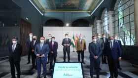 El presidente de la Junta de Andalucía, Juanma Moreno, junto con representantes del Ejecutivo y del sector farmacéutico.