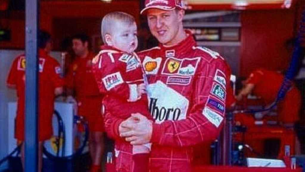 Michael Schumacher con su hijo Mick en sus brazos