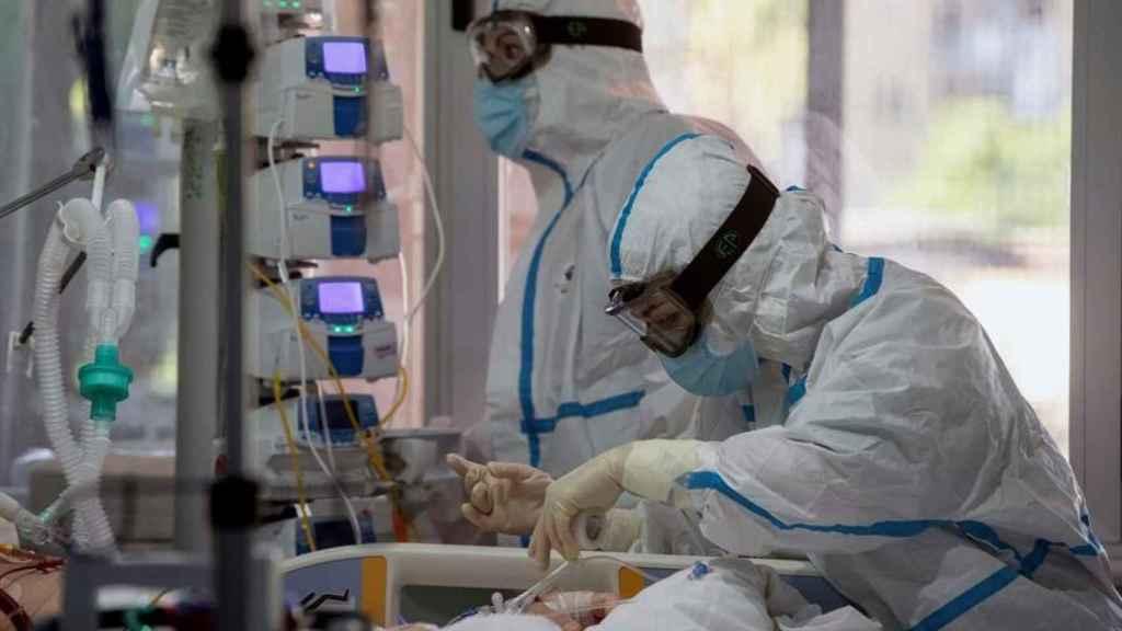 Dos sanitarios trabajan en el interior de un hospital.